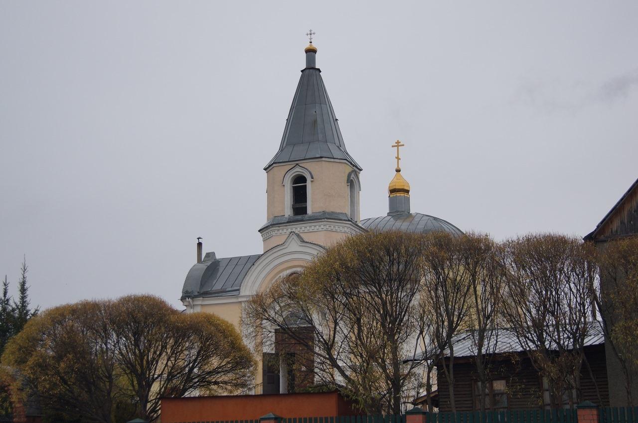 За стенами пока закрытых для прихожан храмов южного Урала звучит молитва священнослужителей об обращении заблудших.