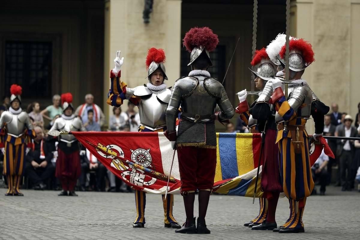 Участие в парадах и торжественных церемониях - далеко не единственная, но очень важная часть службы Швейцарской гвардии Святого Престола.