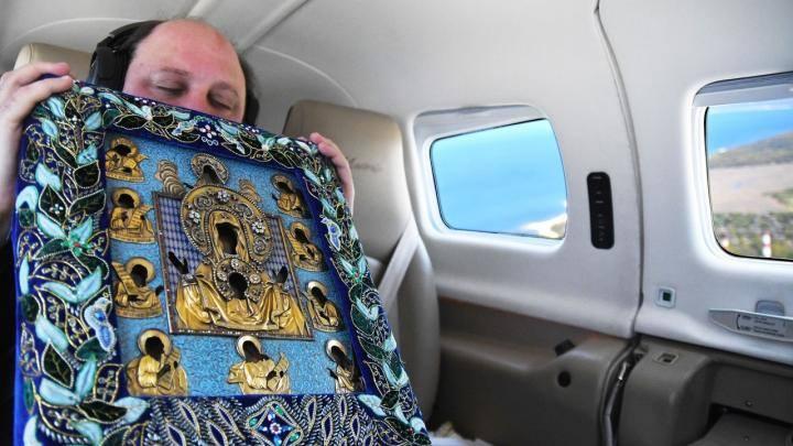 """Курская Коренная икона Божией Матери """"Знамение"""" на борту самолёта."""