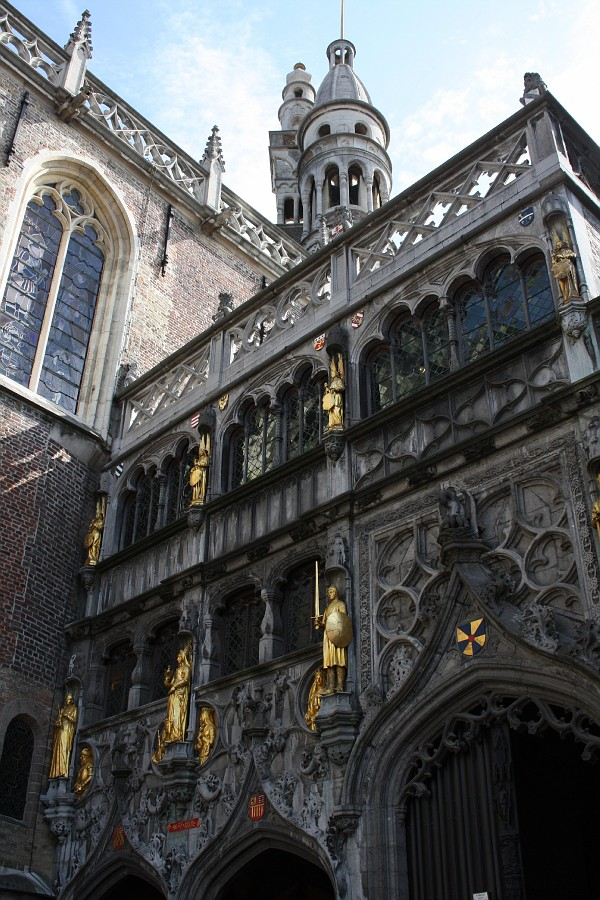 Фасад базилики в Брюгге