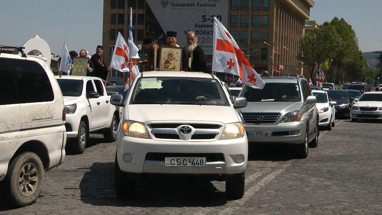 С иконами и национальными флагами по улицам столицы